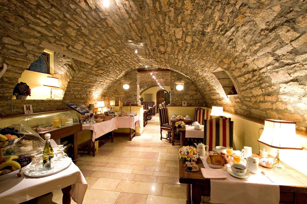Enjoy fine wines at hotel le cep in burgundy hotels for Hotel le france