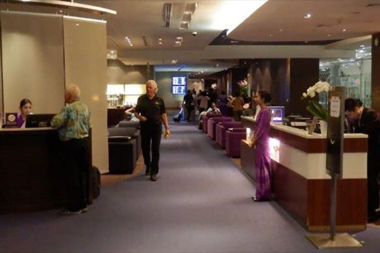 Thai airways royal silk business class lounge review bangkok airport